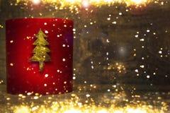 El rojo de la Navidad mira al trasluz el arreglo Decoración del Año Nuevo con las velas ardientes Imagen de archivo