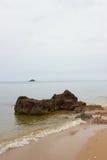 El rojo de la playa y de la roca Fotografía de archivo