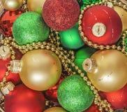 El rojo de las bolas de la Navidad, oro, verde, gotas miente en una cesta de madera t Fotos de archivo libres de regalías