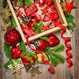 El rojo de las decoraciones de la Navidad protagoniza los ornamentos de las chucherías vibrantes Fotografía de archivo libre de regalías