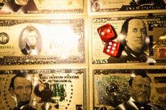 El rojo del casino corta en cuadritos en fondo de las cuentas de d?lar americano de la tabla de juego fotografía de archivo