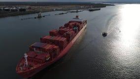 El rojo enorme cargó la nave del contenedor del cargo que navegaba lentamente en agua del océano en sorprender la opinión aérea d metrajes