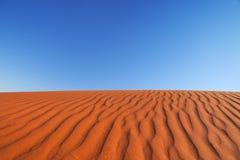 El rojo envía la duna en un día claro, Territorio del Norte, Australia imagen de archivo