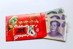 El rojo envuelve y dólar de EE. UU. afortunado del dinero Fotos de archivo libres de regalías