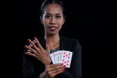 El rojo femenino de la abrazadera del banquero corta en cuadritos entre sus fingeres y holdin Fotografía de archivo libre de regalías