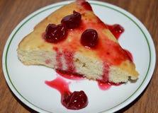 El rojo fresco del bocado de las fresas deliciosas de la cereza de la crepe coció foo agrio del postre de los pasteles de la fram Foto de archivo libre de regalías