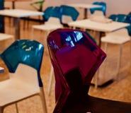 El rojo hermoso coloreó la silla plástica de una foto única de la zona de restaurantes Fotos de archivo