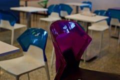 El rojo hermoso coloreó la silla plástica de una foto única de la zona de restaurantes Imagenes de archivo