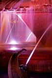 El rojo iluminó la fuente en la ópera de la plaza en Timisoara 2 Imagenes de archivo