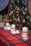 El rojo mira al trasluz la llama de Navidad Foto de archivo