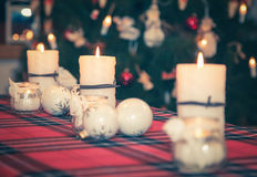 El rojo mira al trasluz la llama de Navidad Fotografía de archivo