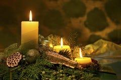 El rojo mira al trasluz la llama de Navidad Foto de archivo libre de regalías