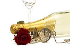 El rojo mojado se levantó bajo una botella del champán con un viejo p Fotos de archivo libres de regalías