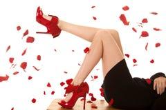 El rojo negro del vestido se inclina las piernas de las rosas Foto de archivo libre de regalías