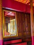 El rojo pintó la pared de madera, interior casero de los king's antiguos de Tailandia Imagen de archivo