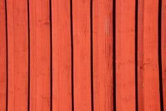 El rojo pintó la pared llevada de madera del fondo del tablón Fotografía de archivo