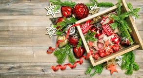 El rojo protagoniza los ornamentos de los juguetes de las decoraciones de la Navidad de las cintas de las chucherías Imagen de archivo
