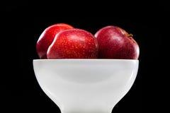 El rojo punteó manzanas en el crisol redondo de la pizca Foto de archivo