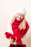 El rojo que llevaba de la mujer bastante feliz hizo punto la bufanda y guantes Fotografía de archivo libre de regalías