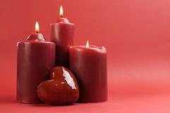 El rojo romántico tres encendió las velas, horizontales con el espacio de la copia. Fotografía de archivo libre de regalías