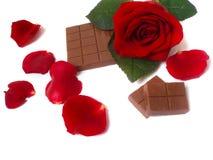 El rojo se levantó con el chocolate Imagen de archivo libre de regalías