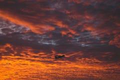 El rojo se nubla despegue Imágenes de archivo libres de regalías