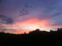 El rojo se nubla el cielo sobre la colina Imágenes de archivo libres de regalías