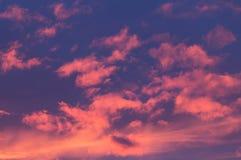 El rojo se nubla puesta del sol Foto de archivo libre de regalías
