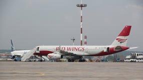 El rojo se va volando los aviones de jet Imágenes de archivo libres de regalías