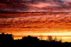 El rojo sunrize en la ciudad fotos de archivo