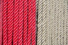 El rojo y el blanco colorearon la ejecución de la cuerda en fila Foto de archivo