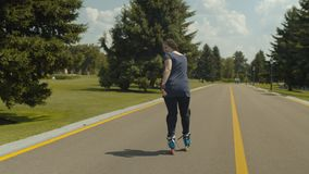 El rollerblading femenino experto al revés al aire libre almacen de video