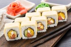 El rollo de sushi con chiken, tomate y queso Imágenes de archivo libres de regalías