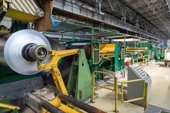 El rollo del aluminio gira en la máquina Fotos de archivo libres de regalías