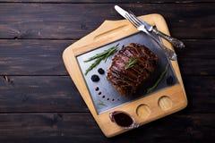 El rollo del muslo de Turquía rellenó Rosemary, el tomillo, el perejil, la mantequilla y el tocino en el top con la salsa picante Fotografía de archivo libre de regalías