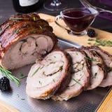 El rollo del muslo de Turquía rellenó Rosemary, el tomillo, el perejil, la mantequilla y el tocino en el top con la salsa picante Imagen de archivo libre de regalías