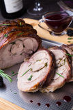 El rollo del muslo de Turquía rellenó Rosemary, el tomillo, el perejil, la mantequilla y el tocino en el top con la salsa picante Fotos de archivo libres de regalías