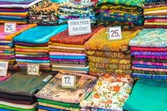 El rollo formó la seda, las bufandas de la cabeza de la cachemira o los mantones coloridos tradicionales apilados fotos de archivo libres de regalías
