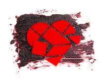 El rompecabezas bajo la forma de corazón rojo en una textura medicinal cremosa oscura Fotografía de archivo