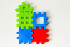 El rompecabezas colorido hecho de los juguetes espera el cumplimiento Concepto para la vida completa o ideal Fotografía de archivo