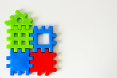 El rompecabezas colorido hecho de los juguetes espera el cumplimiento Concepto para la vida completa o ideal Foto de archivo libre de regalías