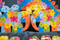 El rompecabezas de madera inglés y hebreo del alfabeto parece elefante imagen de archivo libre de regalías