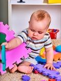 El rompecabezas del niño desarrolla a niños Rompecabezas del niño que hace al bebé Imagen de archivo libre de regalías