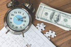 El rompecabezas dura con la hora que cuenta abajo para el concepto financiero de la solución Fotos de archivo