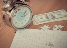 El rompecabezas dura el tiempo del paso que cuenta abajo para la solución financiera Fotografía de archivo libre de regalías