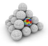 El rompecabezas junta las piezas de bolas de la pirámide una situación autística especial única Imagen de archivo libre de regalías