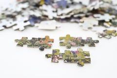 El rompecabezas junta las piezas del fondo Fotos de archivo