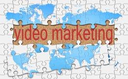 El rompecabezas revela la palabra video del márketing en fondo del corcho Imagenes de archivo