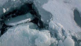 El rompehielos rompe el hielo y se mueve adelante almacen de metraje de vídeo
