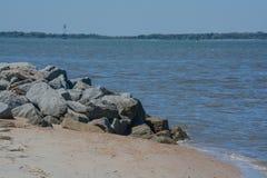 El rompeolas del embarcadero en la playa de Fernandina, parque de estado del remache del fuerte, el condado de Nassau, la Florida fotografía de archivo libre de regalías